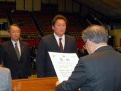 角田会長から褒状受賞者・感謝状受賞者代表へ 授与