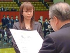 角田会長から各賞褒状受賞者・感謝状受賞者代表へ授与
