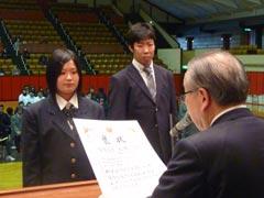 角田会長から各賞褒状受賞者・感謝状受賞者代表へ 授与